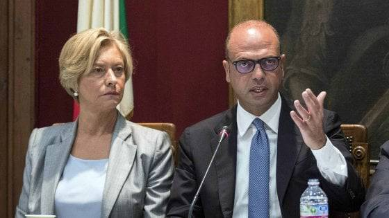 """Libia, Pinotti e Alfano: """"Non violeremo la sovranità"""""""